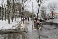 Прогулка по городу: тротуар вдоль проспекта Александра Корсунова