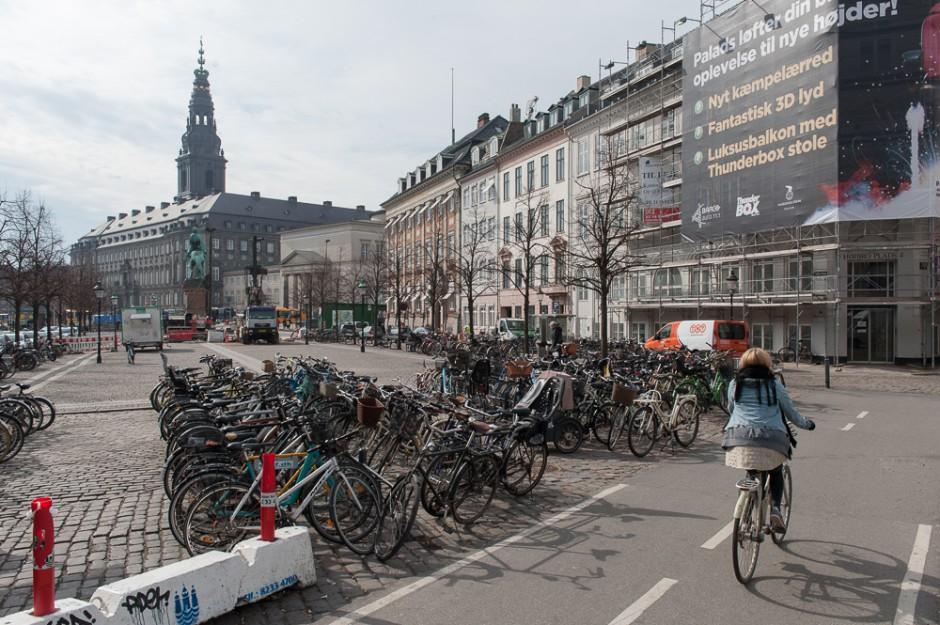 Обычная велостоянка в центре Копенгагена
