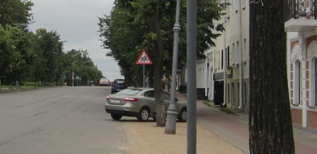 Мэра Великого Новгорода обяжут убрать незаконную парковку напротив Ярославова дворища
