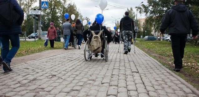 Разруха в головах: участники прогулки «Доступный город» рассказали о трудностях передвижения по Великому Новгороду