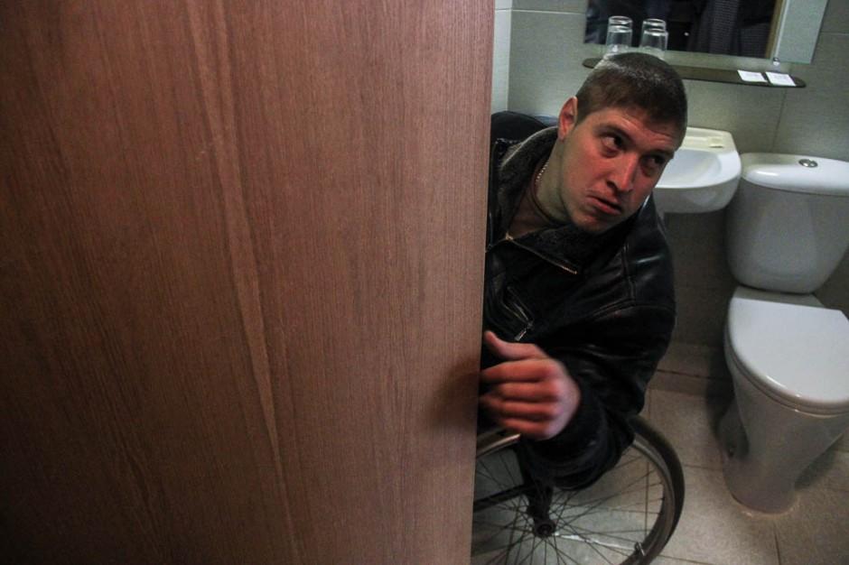 Илья Кондратьев показывает, где не хватает дверной ручки