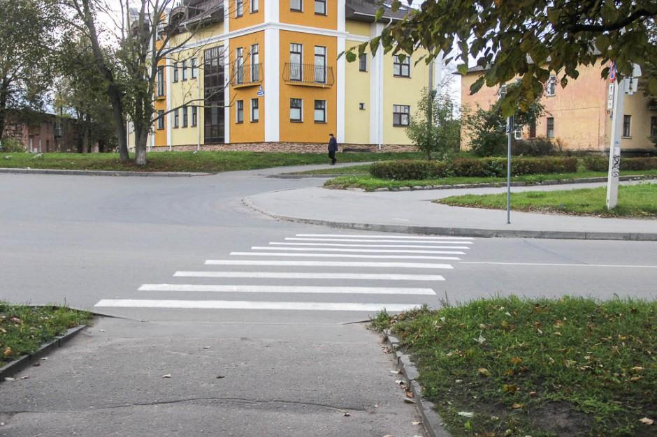 Ближайший к гостинице пешеходный переход, на противоположной стороне улицы отсутствует понижение бордюрного камня