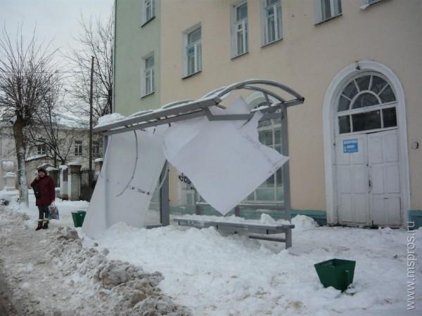 Обрушение покрытия остановки из поликарбоната от снеговой нагрузки. Фото из интернета
