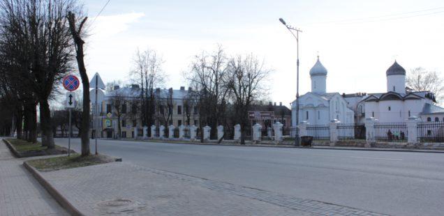 С незаконной парковкой у Ярославова Дворища снова будет разбираться прокуратура