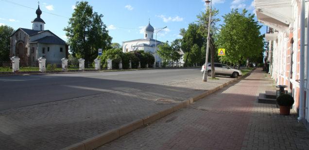 Администрация согласовала самовольную парковку у Ярославова дворища