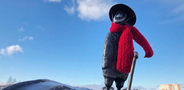 Тихо ползи и теплее одевайся: за несколько месяцев новгородские скульптуры сменили десяток нарядов